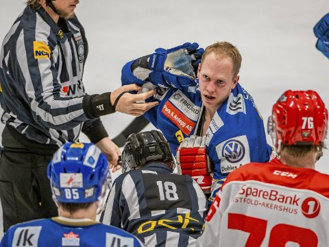 Øredøvende applaus: Niklas Roest holder Stjernens spiller Andrew John O´Brian nede mens han får med seg publikum i kampen mellom Sparta og Stjernen. Også den matchen vant Sparta.