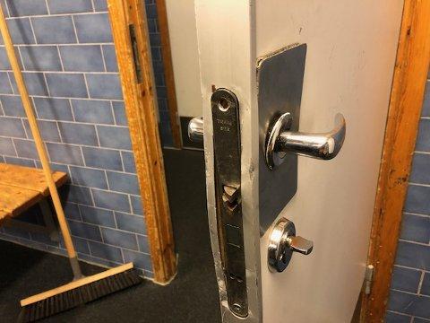 Ødelagt dør: Det er virkelig brukt makt for å ødelegge døra inn til Stjernengarderoben.