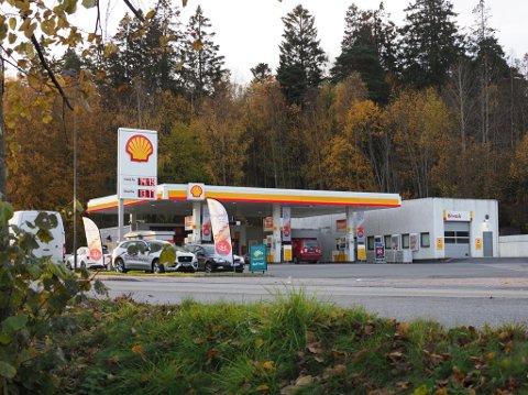 Tre unge personer fra Sarpsborg er dømt for å ha ranet Shell-stasjonen på Hafslund natt til 22, oktober i fjor.