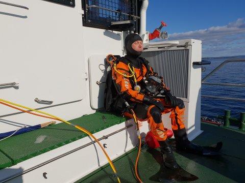 DYKKET: Mannskapet på Horn Rescue har hatt en aktiv helg. Maskinsjef og dykker Anders Ödman var ofte i vannet for å bistå båtfolk.