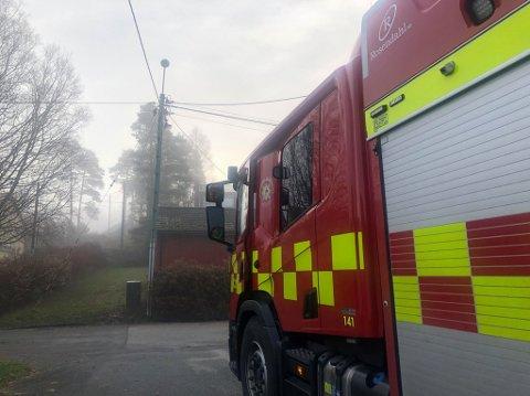 Sarpsborg brannvesen fikk fredag morgen melding om brann i en ledningstolpe i Sandvollveien på Klavestadhaugen.