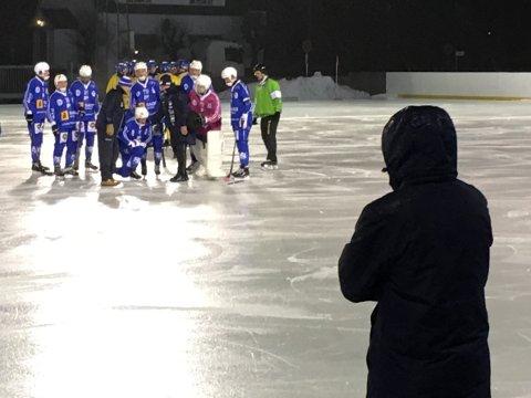 STYGG SKADE: SBK-trener Tobias Johansson ser bekymret på at Anton Olsson må hjelpes opp etter en stygg kollisjon med en lagkamerat. Det fryktes at Olsson har brukket kjeven, og svensken skal til røntgen torsdag morgen.