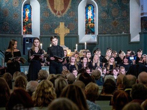 I FJOR: Greåker-elevene som opptrådte under fjorårets julekonsert innfridde foran en fullsatt kirke. Mandag holdes årets konsert med 90 elever og lærere i Tune kirke.
