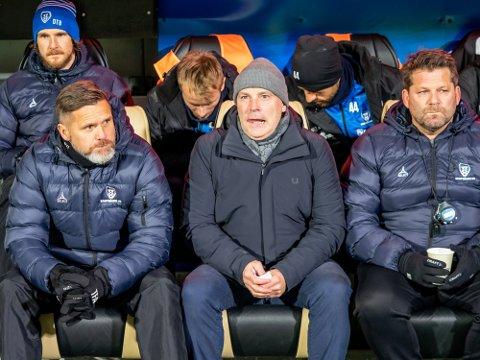 GODT BETALT: Både assistenttrener Tom Freddy Aune (til venstre) og hovedtrener Geir Bakke (i midten) fikk godt betalt for resultatene i Europa League i fjor.