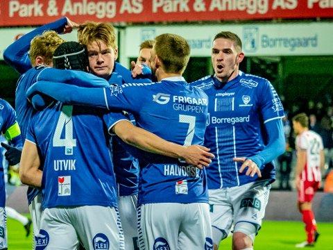 Godt fornøyd: Kyle Lafferty kommer jublende til for å gratulere Sarpsborg 08s Bjørn Inge Utvik etter 2-1.  De tre poengene likte han godt.
