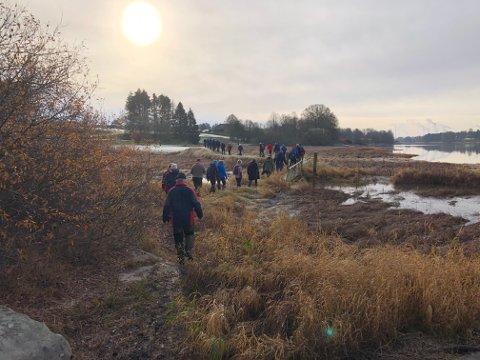 VANDRET: Biskop Atle Sommerfeldt vandre med seniorklubben i Varteig over Hafslundsøy i forrige uke. Han er opptatt av frivilligheten som ressurs for lokalbefolkningen og kom med skryt til seniorgruppa.