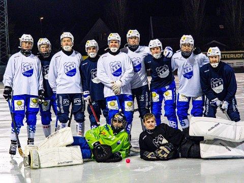 Sesongstart:Sarpsborg Bandyklubb er klare for sesongstart på søndag. her er en del av årets tropp.