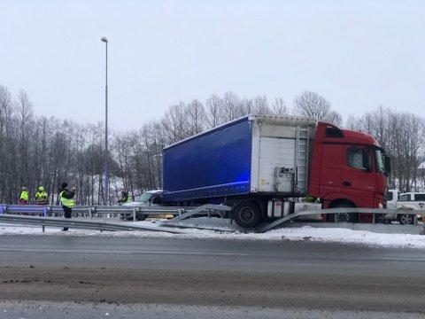 Glatte veier ved Vestby tirsdag morgen. En trailer fikk sladd på E6, og gikk rundt.