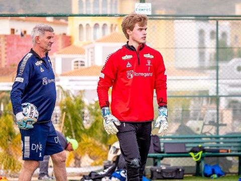 NY KLUBB: Sander Thulin er på vei til Kråkerøy. Her står han sammen med keepertrener Jerry Knutson i Sarpsborg 08.