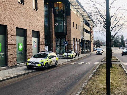Store politistyrker leter etter ranerne onsdag etteriddag. Ved Storbyen har politiet og vektere tatt oppstilling ved inngangene.
