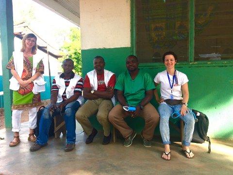GRUPPEBILDE: Her er Zazie (helt til høyre) sammen med legene fra Den sentralafrikanske republikk og sykepleieren fra Canada.