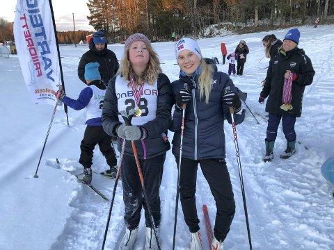 SKIJENTER: Vilde Fellie fikk grundig skiinstruksjon av Mina Jakobsen som er aktiv skiløper for Varteig IL