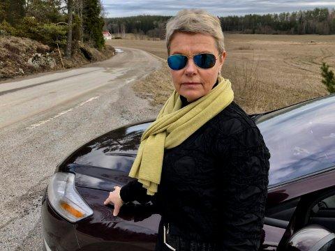 HIT: Sylvia Eliassen kommer hit, men ikke lenger. Vedalveien er ikke farbar for biler med vanlig bakkeklaring. Dermed for hun heller ikke utøvd ridehobbyen sin.