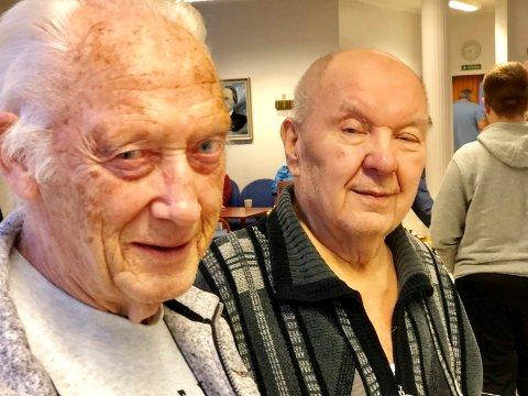 GOD TONE: Oddvar Eriksen til høyre er 81 år og spiller sjakk for Sarpsborg. Lars Sæther er 82 og spiller for Fredrikstad. Begge har vært forelsket i sjakk i spillet i mannsalder. I går møtte de hvernadre til vennskapelig dyst.