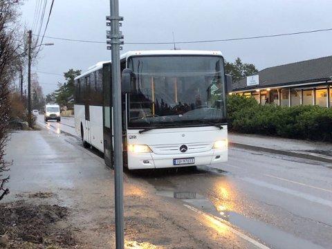 Denne bussen har motortrøbbel og skaper trafikkutfordringer på Hafslundsøy.