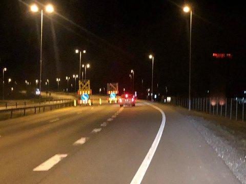OMKJØRING: Bilister må belage seg på omkjøring på E6 i natt frem til klokken 05.30 tirsdag morgen. Her ved Solbergkrysset.