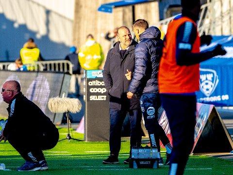 Sarpsborg 08s trener Geir Bakke og Sarpsborg 08s assistenttrener Tom Freddy Aune under  kampen mellom Sarpsborg 08 og Lillestrøm. Foto: Thomas Andersen
