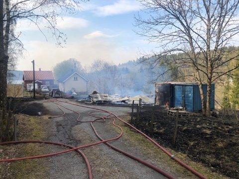 KOLLAPSET: Brannen som startet i en låve i Grytedalen i Varteig har kollapset som følge av brannen.