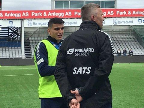 Tilbake: Mohamed Elyounoussi tilbake på stadion og trening med Sarpsborg 08. her i samtale med fysioterapeut Ole Martin Ellingsen.