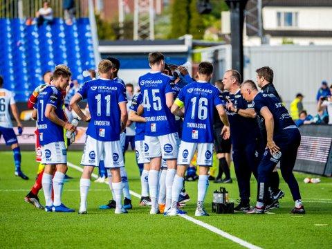 SAMLING I BUNN: Sarpsborg 08s trener Geir Bakke maner laget til innsats i kampen mellom Sarpsborg 08 og Ranheim.