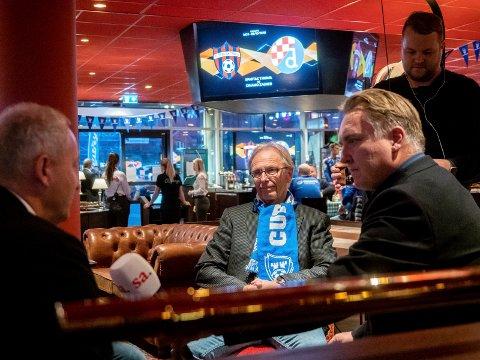 FRUSTRERT: Ole Wermer Mathisen var en frustrert tilskuer på Sarpsborg stadion i går. Her er Mathisen (i midten) i samtale med Espen Engebresten fra Sarpsborg 08 og SAs Petter Petter Kalnes.