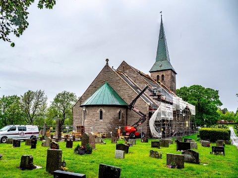 TUNE KIRKE: Taket på Tune kirke er i ferd med å bli skiftet ut.