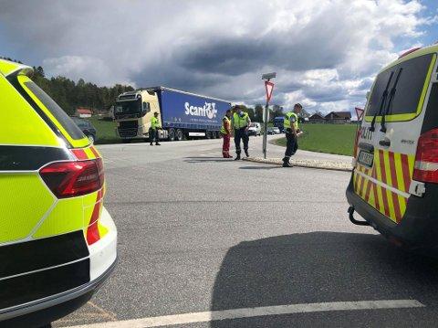 Det har vært en kollisjon mellom en personbil og en semitrailer i Skjeberg. (Alle bilder: Tobias Nordli)