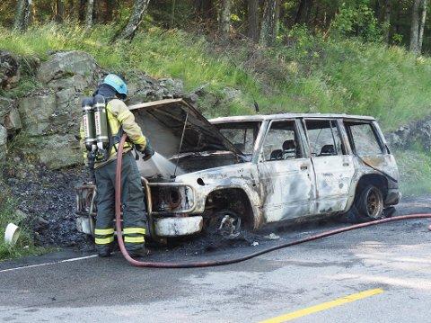 Bilen, en eldre SUV, ble fullstendig utbrent.