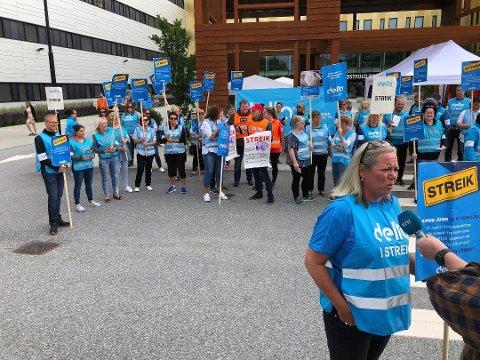 Streiken ved Sykehuset Østfold er over, etter at regjeringen gikk inn med tvungen lønnsnemnd søndag kveld. Dette er et virkemiddel som bare kan brukes dersom liv og helse står i fare. Det mener arbeidsministeren det gjorde ved Sykehuset Østfold.