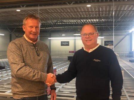 LEDERSKIFTE: Avtroppende leder Morten Halvorsen (t.v.) ønsker Tom Henriksen lykke til som ny leder for New Wave Norway AS.