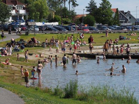 IKKE BAD: Onsdag ettermiddag er det full aktivitet på den populære badeplassen i tilknytning til Tunevannet. Nå fraråder kommunen bading.