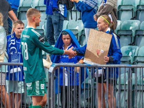 En helt: Aleksandr Vasyutin ble meget populær under tiden i Sarpsborg 08. Her er det Miriam Angelika Sommerseth møtte sin store keeperhelt etter en kamp i tiden i Sarpsborg 08.