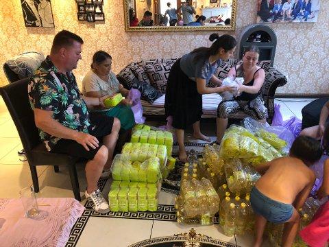 MATHJELP: Frank Solvang og familien Ferar pakker og gjør i stand 120 matpakker til fattige i Romania. Fra turen deres i 2018.