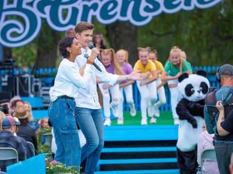 """GOD STEMNING: Malin Schavenius mener at Villekulla-spirene får verdifull TV-erfaring gjennom """"Allsang på Grensen"""". Her fra kveldens innslag. Pandaene som opptrer blir spilt av Ida Aagaard Bredholt og Frida Eriksen som også er fra Villekulla."""