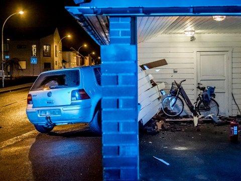 Bajaskjøringen til den nå 26 år gamle mannen endte i denne carporten på Fritznerbakken om kvelden torsdag 7. desember 2017.