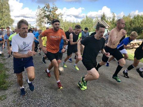 FULL FART: Inbitte løpere på startstreken.