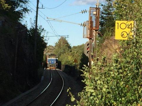 Dette toget står på sporet ved Greåker. Godstoget sperrer for annen trafikk. (Foto: Håvard Kristoffersen)