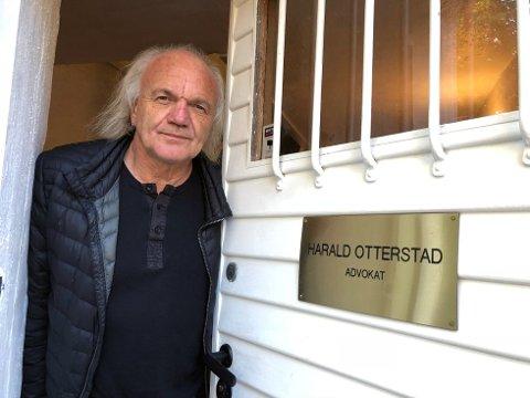 48-åringen som sammen med tre andre menn er saksøkt for over tre millioner kroner av en irsk forretningsmann erkjente i Sarpsborg tingrett i dag at han utga seg for å være den kjente advokaten Harald Otterstad for å beskytte seg for han som nå har saksøkt ham.