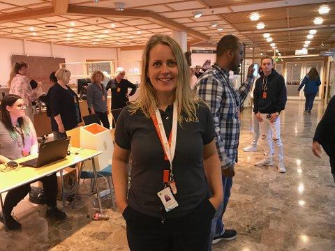 FORNØYD: Slik så valglokalet på rådhuset ut da dørene ble låst ved 21-tiden. Valgansvarlig i Sarpsborg kommune, Ida Odsæter, roser valgmedarbeiderne.