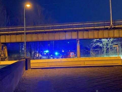 Politi ved Sarpsbrua søndag kveld.