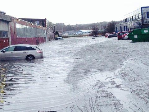 Og vannet steg....: Utover uken er det ventet at vanne vil stige unormalt mye flere steder i fylket. Det får meteorologene til å gå ut med en advarsel.