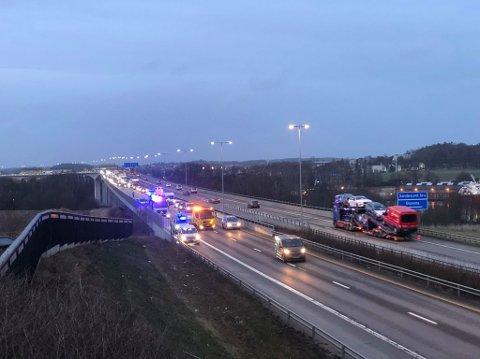 Trafikken gikk sakte forbi ulykkesstedet. (Foto: Tobias Nordli)