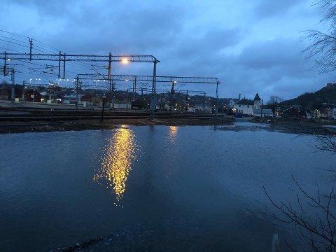 Det var mye vann ved Halden stasjon onsdag morgen.