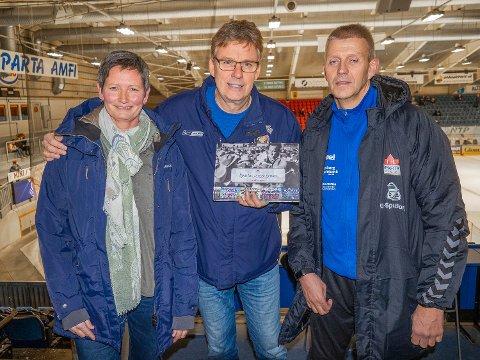 PENGER: Svein Erik Eide Hansen (i midten) har gitt overskuddet fra Spartas bildebok til IHK Sparta Sarpsborg ved Heidi Meisingset og FK Sparta Sarpsborg ved Roy Strand.