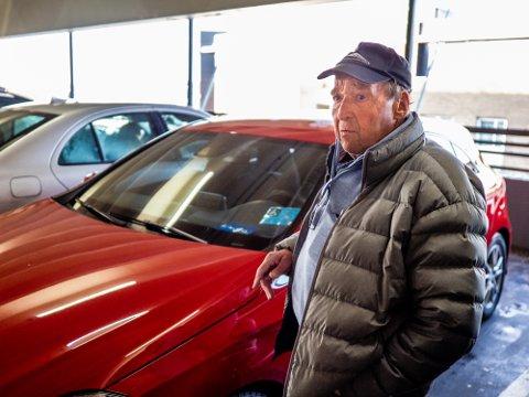 UFORSTÅELIG: Jon Takelunds bil ble ripet opp i parkeringshuset ved Storbyen kjøpesenter. Det finnes overvåkingsbilder av ugjerningen og saken ble anmeldt, men nå har Takelund fått beskjed fra politiet om at saken er henlagt.