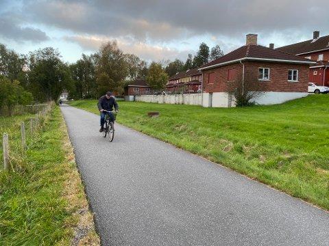 TARRIS: Fortauet langs Sarpsbrua er stengt. Både syklister og gående er henvist til å bruke gang- og sykkelveien som går forbi Tarris.