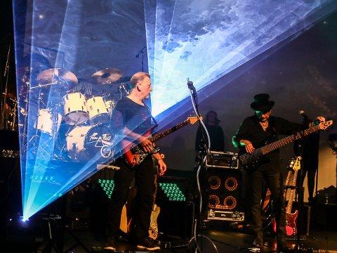 Gitarist Bent Jensen og bassist Bjørnar Strøm i Pulse of Floyd på Sarpsborg Scene lørdag 10.oktober.