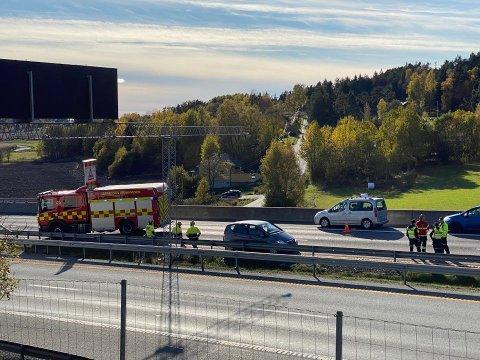 I FEIL FIL: En bilist har kjørt mot kjøreretningen og kollidert på E6 i Skjeberg tirsdag ettermiddag. Foto: Tobias Nordli