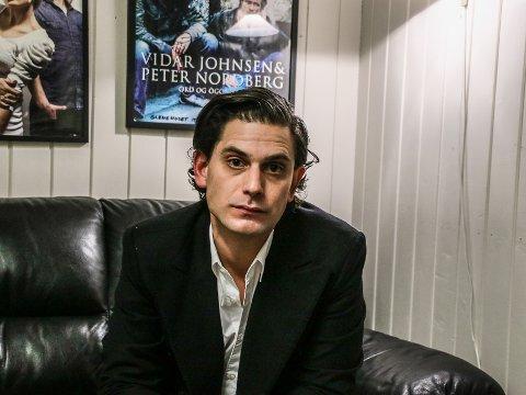 Luke Elliots magiske mørk stemme blir sammenlignet med Nick Cave, PJ Harvey og Tom Waits.