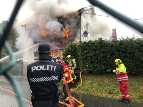 OVERTENT: Tomannsboligen på Yven er totaltskadet etter brannen tirsdag ettermiddag.